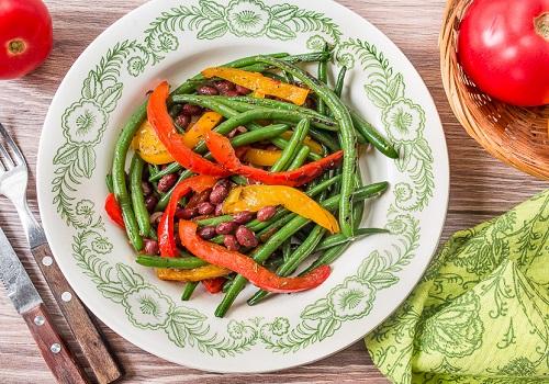 Тёплый салат из стручковой фасоли со сладким перцем